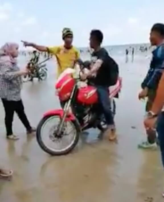 Rempits Disturb The Peace On A Public Beach Gets Immediately Thrown Out By Uncles And Aunties World Of Buzz 2
