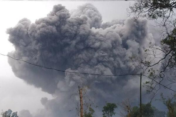 Gunung Berapi Tertinggi Indonesia Meletus E1610853503427