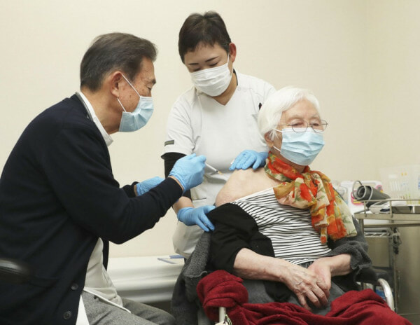 Old Lady Vaccine Covid 19 In Japan